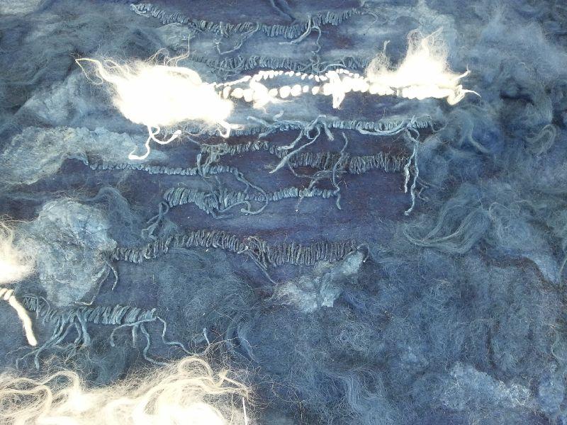 Handgemaakt wandkleed met natuurlijk indigo en borduurwerk met draden van gesponnen zijde en wol